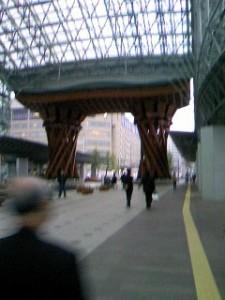 金沢駅入り口にある屋根です。