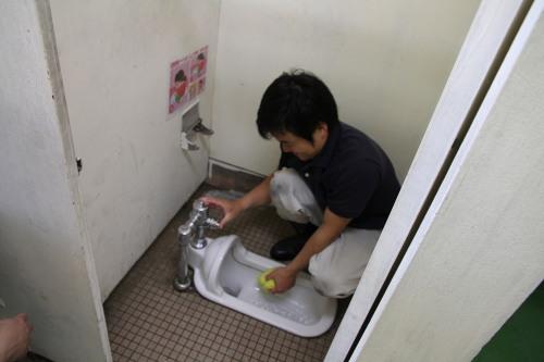6トイレ掃除中