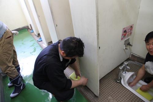 7トイレ掃除中
